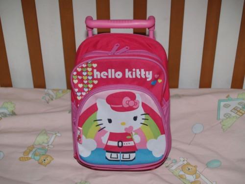 bambina,figlia,hello kitty,regali,torta,pupazzo,felpa,trolley,zainetto